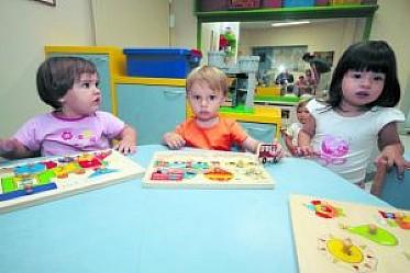 Niños jugando en la guardería con materiales recreativos