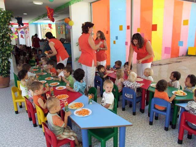 Niños comiendo en la guardería