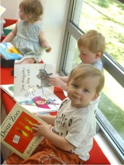 Niños aprendiendo ingles en la guardería