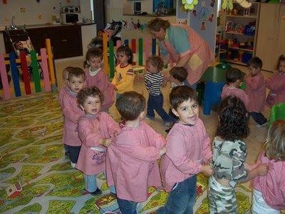 Los niños aprenden los meses del año a través de canciones repetitivas