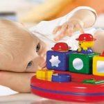 A los 9 meses, el bebe reconoce los juguetes y formas