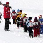 Antes de esquiar, el niño debe familiarizarse con la nieve