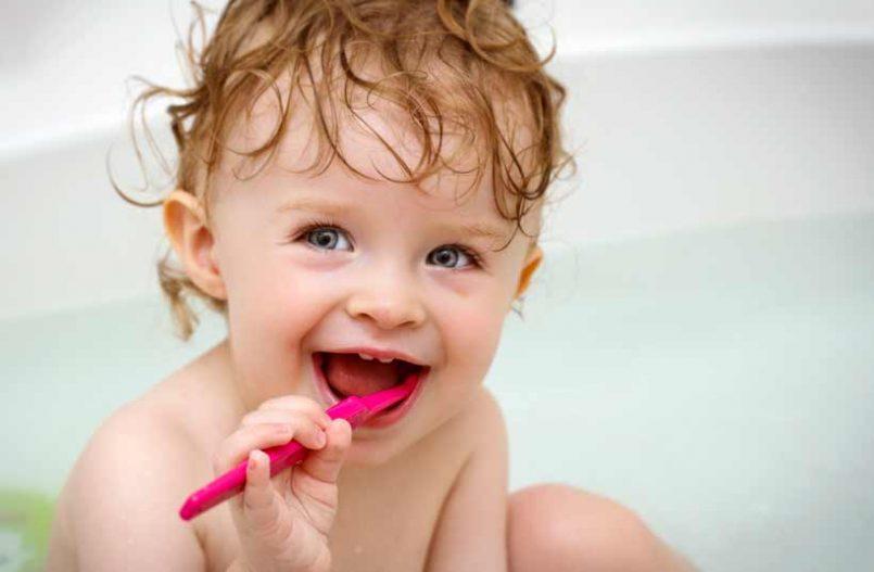¿Por qué es importante lavar los dientes del bebé?