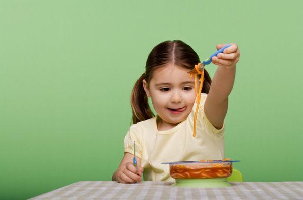 nino-de-4-anos-comiendo