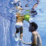 La piscina ejercita la coordinación motora del niño