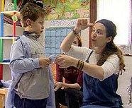 Profesora utilizando lenguaje de señas