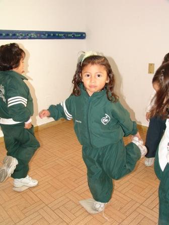 Niños haciendo educación física