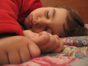 Niño tomando una siesta