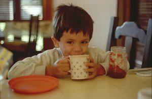 Niño tomando desayuno