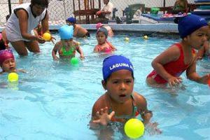 Niños practicando natación