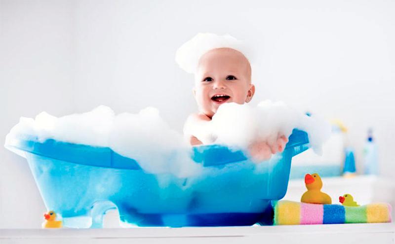 ¿Es conveniente bañar al bebé antes de dormir?
