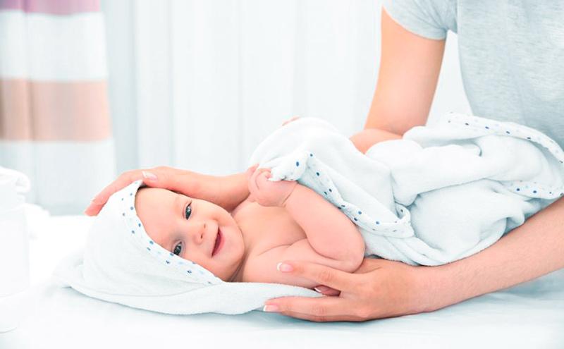 Cómo secar al bebé después del baño