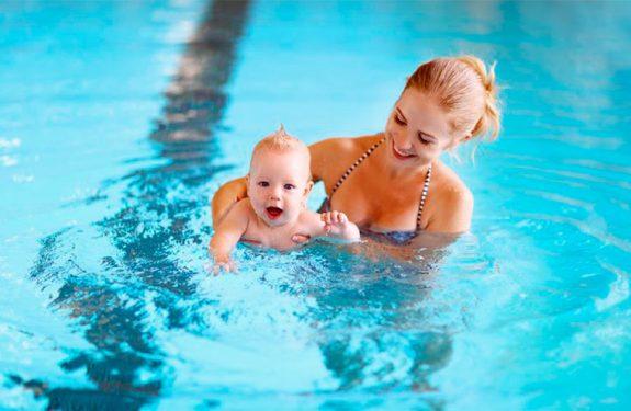 El primer baño en la piscina de un recién nacido