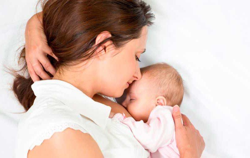 ¿Es malo dar el pecho al bebé tumbada?