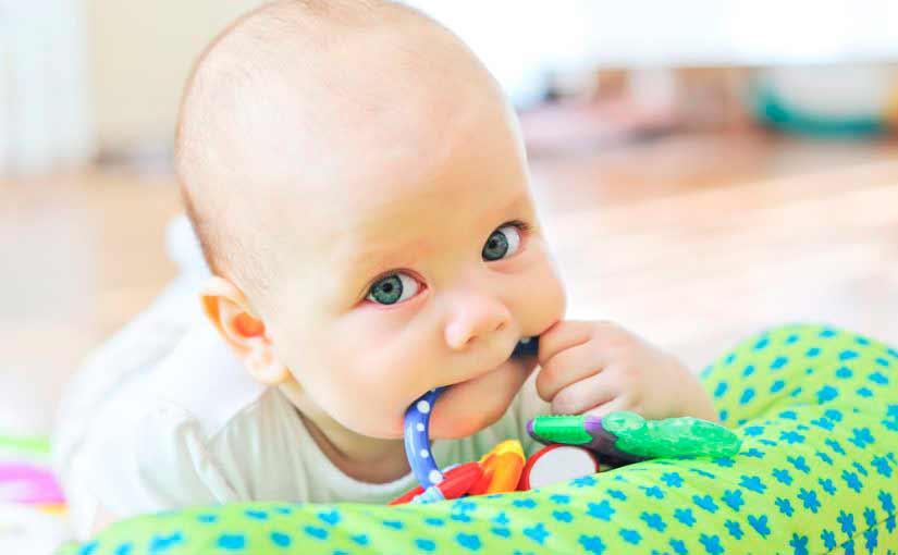 Cómo aliviar el dolor de dientes y encías del bebé