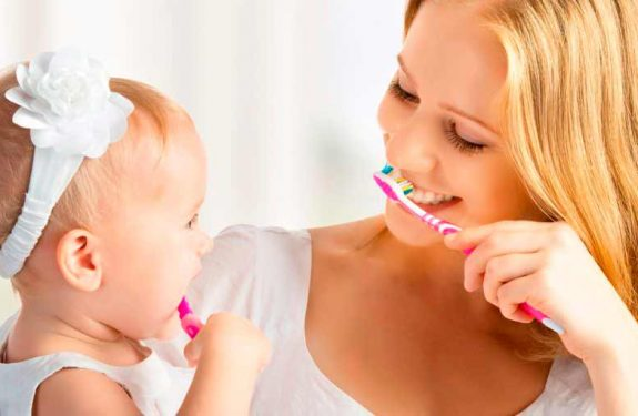 Cómo lavar los dientes al bebé