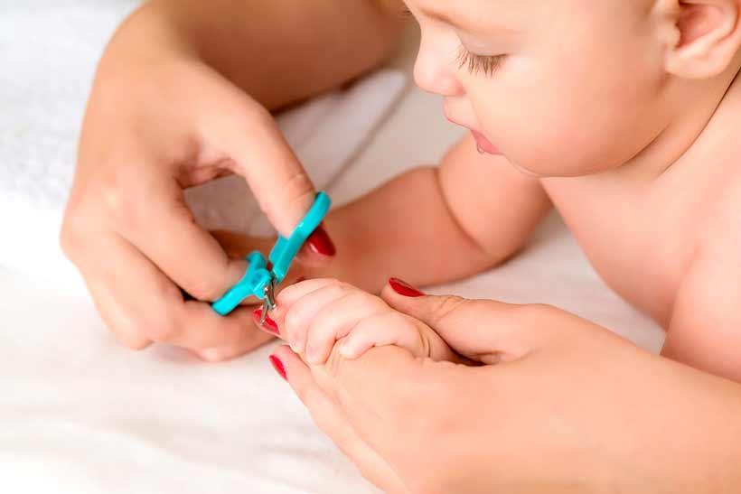 Cómo cortar las uñas al bebé