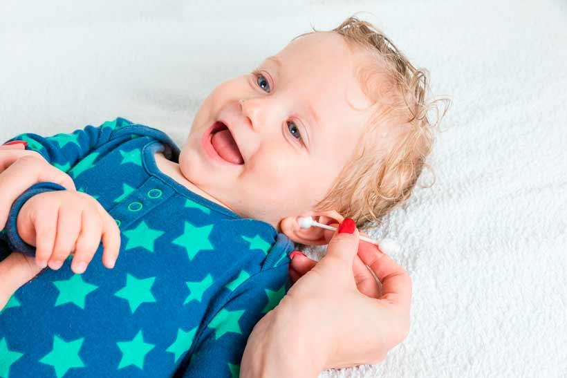 Cómo limpiar los oídos al bebé