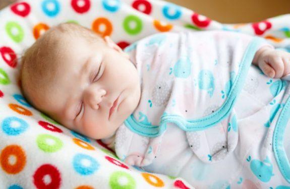 Cuánta leche debe tomar un bebé al nacer