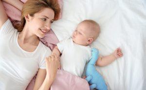 ¿Cuándo duermen los bebés toda la noche sin despertarse?