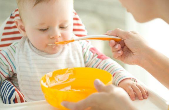 ¿Por qué mi bebé tiene hipo siempre después de comer?