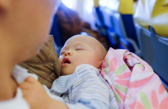 ¿Se puede viajar con un bebé sin pasaporte?
