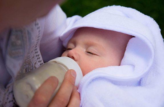 ¿Por qué el bebé vomita después de las tomas?