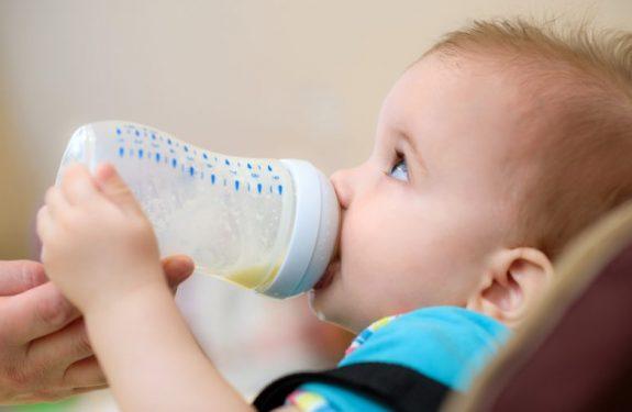 Cuánta leche materna debe tomar un bebé de 5 meses