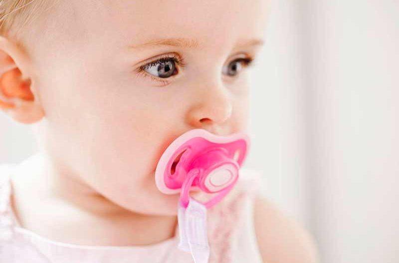 Cómo debe llevar el chupete el bebé