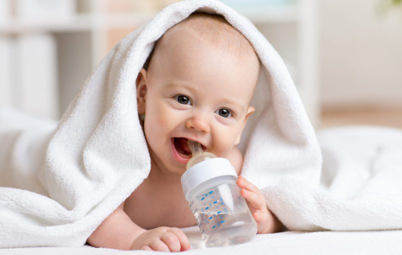 a que edad es recomendable darle agua a un bebe