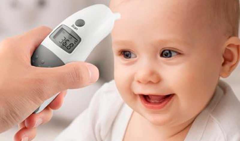 Cómo usar un termómetro de frente para el bebé