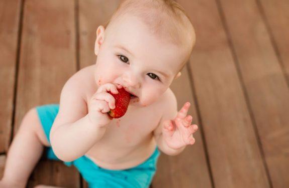 ¿Hay que darle de comer al bebé si vomita después de comer?
