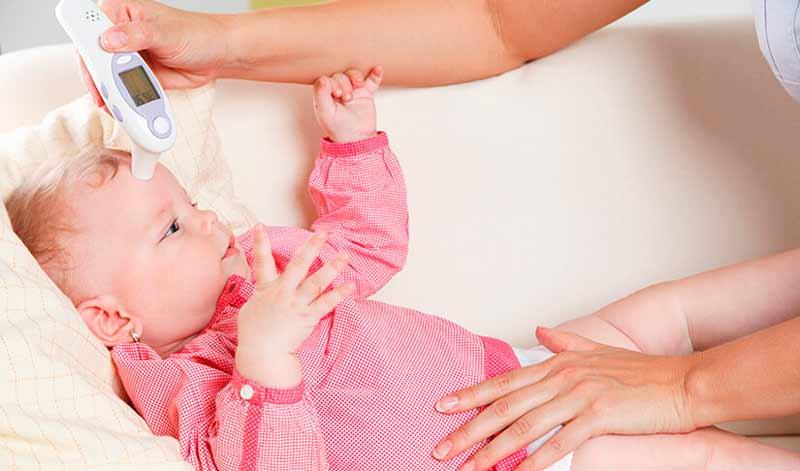 Cómo usar un termómetro de frente en los bebés