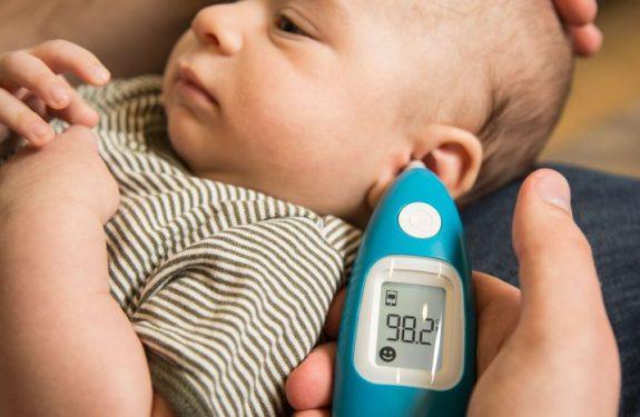 Cómo medir la temperatura del bebé con un termómetro de oído