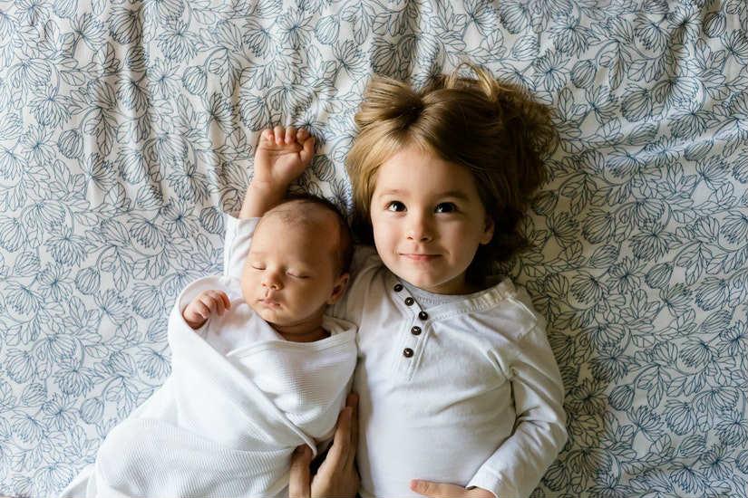 Haz que tu hijo participe en la canastilla de bebé para su hermanito