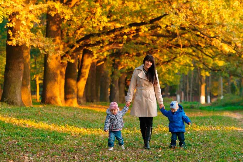 Cómo salir a pasear con los gemelos sin morir en el intento