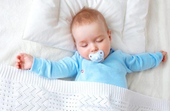 ¿Cuándo pueden empezar a dormir con almohada los bebés?