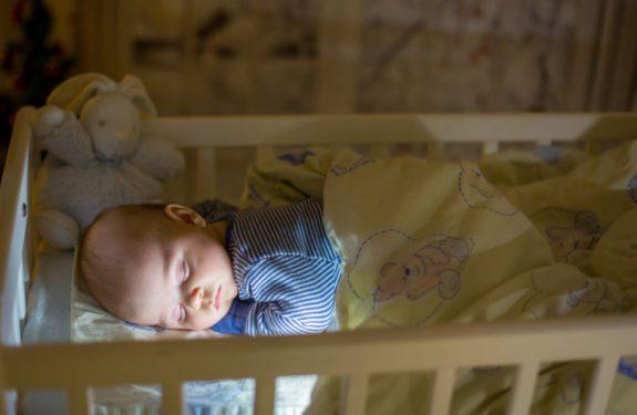 Tips para evitar que el bebé se sobresalte mientras duerme