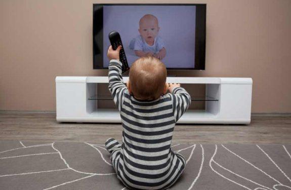 ¿A partir de qué edad un bebé puede ver la televisión?