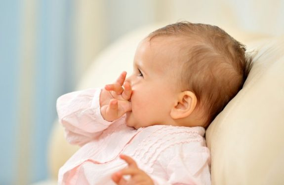 ¿Por qué mi bebé tiene llagas en la boca?