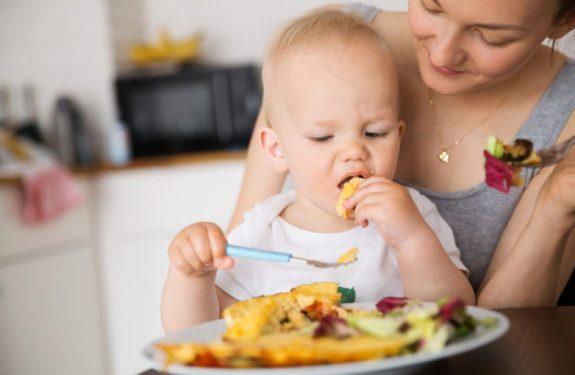 Cómo enseñar al bebé a comer con cuchara