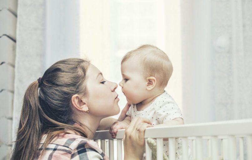 Lavarse las manos para coger al bebé en brazos