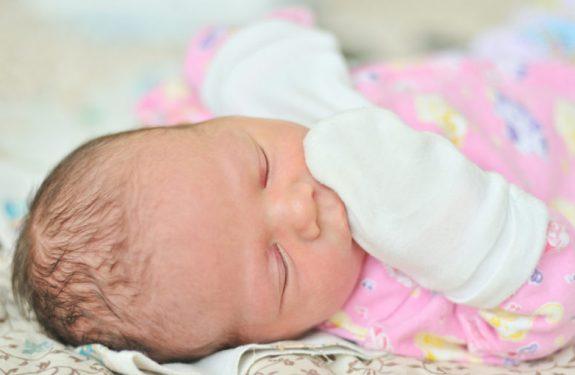 ¿Son necesarias las manoplas para los recién nacidos?