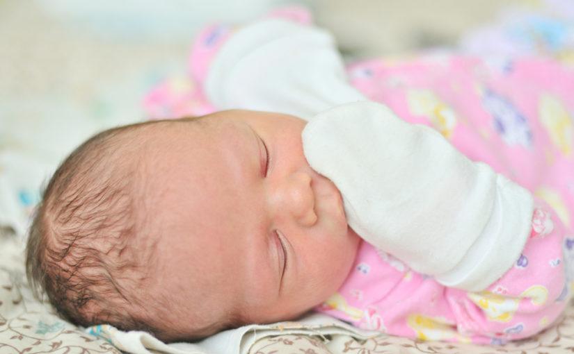 65662d15fd5da ¿Es necesario ponerle manoplas al recién nacido