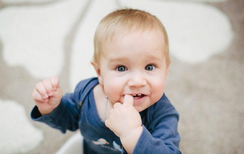¿Es normal que al bebé le sangren las encías durante la dentición?