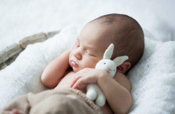 ¿Por qué el bebé tiene sobresaltos mientras duerme?