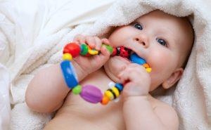 Cómo estimular a un bebé prematuro