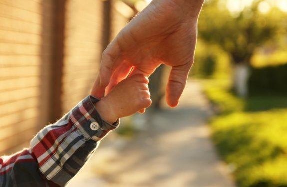 Cómo ayudar al bebé a que dé sus primeros pasos