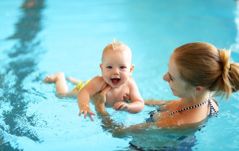 Pros y contras de la natación para bebés