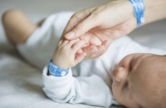 ¿En qué consiste la prueba del oído del recién nacido?